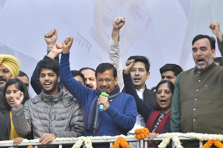 जीत के बाद केजरीवाल बोले- दिल्ली वालों आई लव यू, पढ़िए किसने कैसे दी बधाई