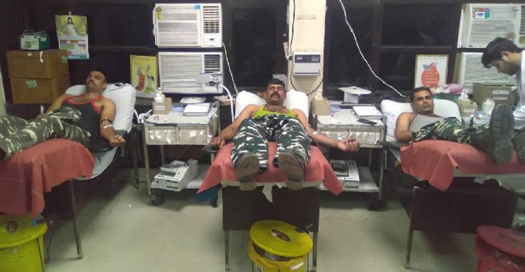 दिल्ली हिंसा में घायल हुए लोगों को CRPF जवानों ने किया रक्तदान