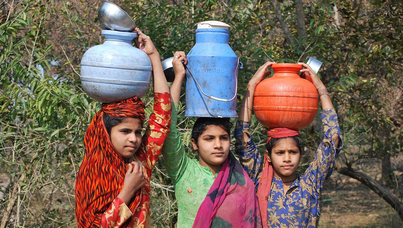 देश की ये बेटियां स्कूल जाने के बजाए हर दिन पानी की तलाश में मीलों पैदल चलने को मजबूर