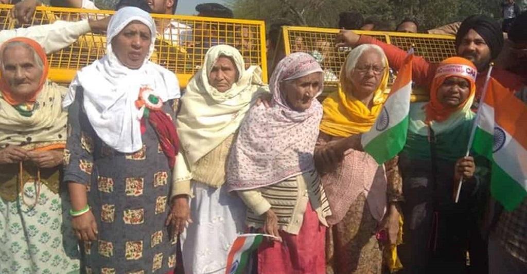 शाहीन बाग: वार्ताकार अंदर पत्रकार बाहर, दादियां बोलीं एक इंच नहीं हटेंगे