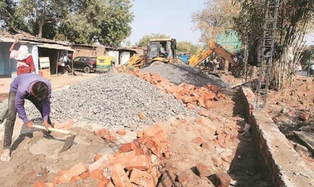 ट्रम्प का भारत दौरा: गुजरात में 500 झुग्गियों को छुपाने के लिए खड़ी की जा रही 7 फीट ऊंची दीवार