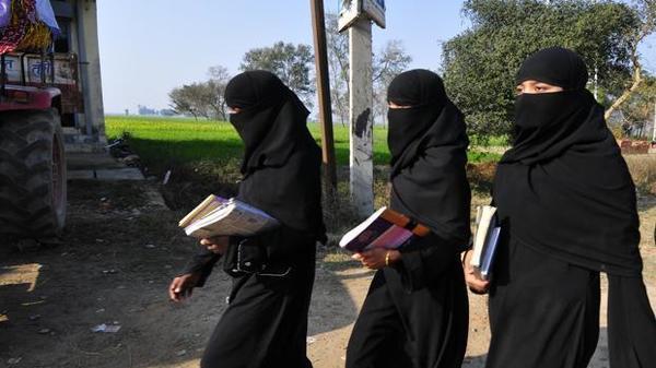 मुस्लिम छात्राओं को बुर्का पहनकर कॉलेज जाने का तुगलकी फरमान