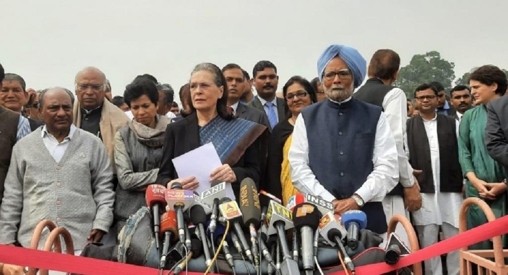 दिल्ली हिंसा: सोनिया गांधी ने राष्ट्रपति से मिलकर सौंपा ज्ञापन, कहा सरकार से राजधर्म का पालन करवाएं