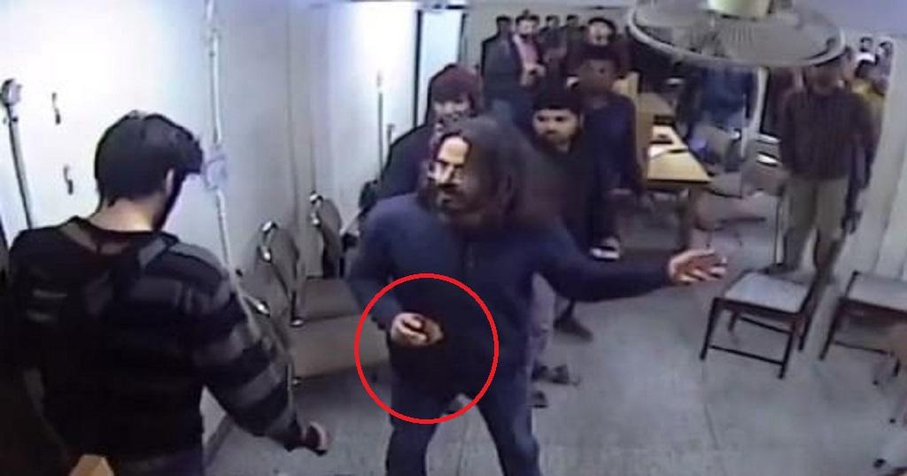 जामिया CCTV फुटेज में छात्र के हाथ में था 'पर्स' मगर चैनलों ने 'पत्थर' बताकर चलाई खबर
