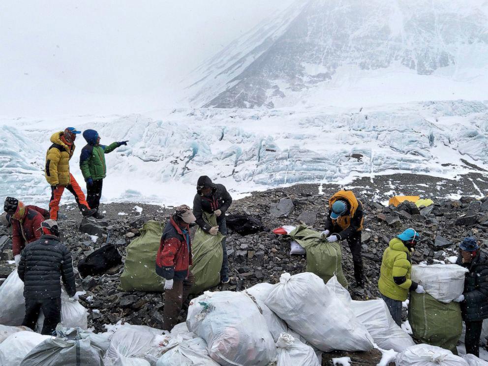 दुनिया की सबसे ऊंची चोटी एवरेस्ट कैसे बन रहा है कूड़े का पहाड़?