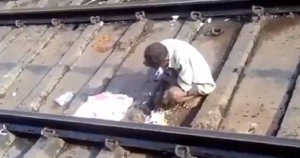 ट्रेन की पटरी पर फेंका खाना खाता व्यक्ति का वीडियो वायरल, लोग बोले हमें शर्म आनी चाहिए
