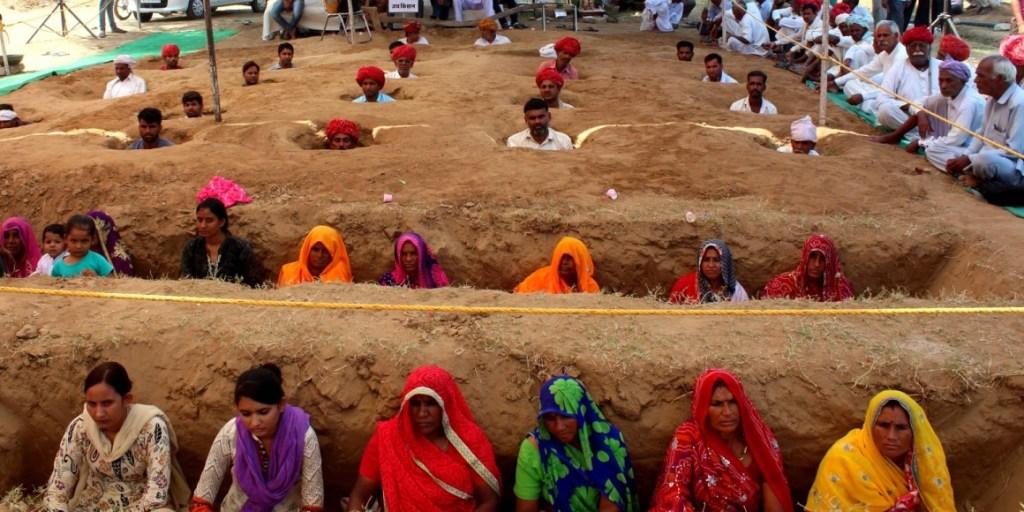 राजस्थान में जमीन बचाने के लिए जमीन मेंसमाधि ले रहे हैं किसान