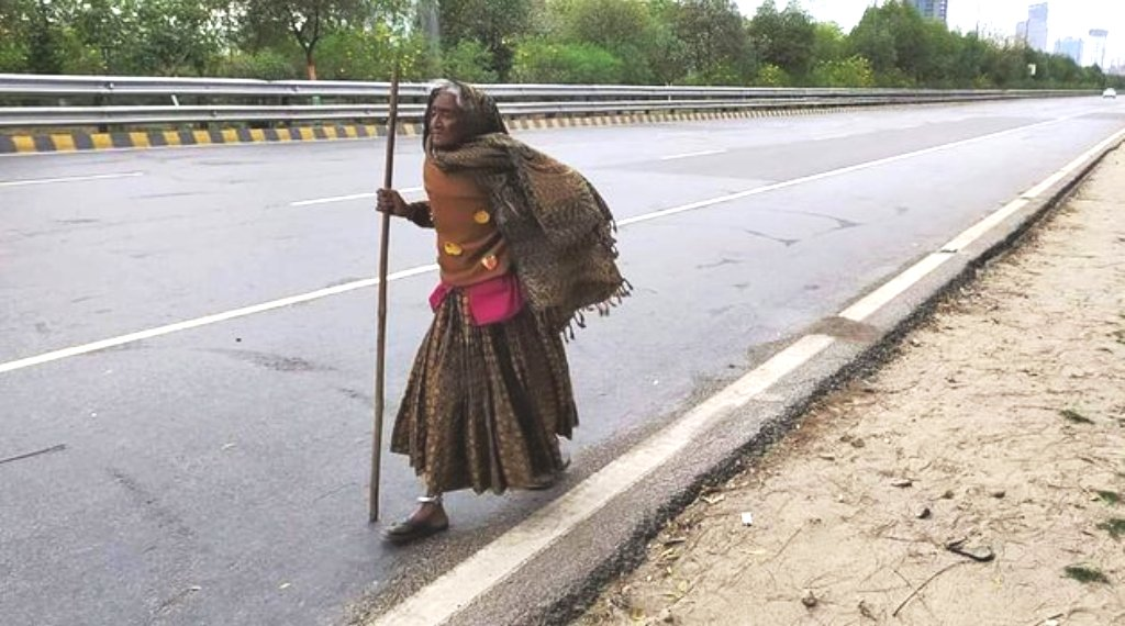 दिल्ली से 400 KM दूर अपने गांव पैदल लौटती 90 साल की बुजुर्ग की तस्वीर वायरल