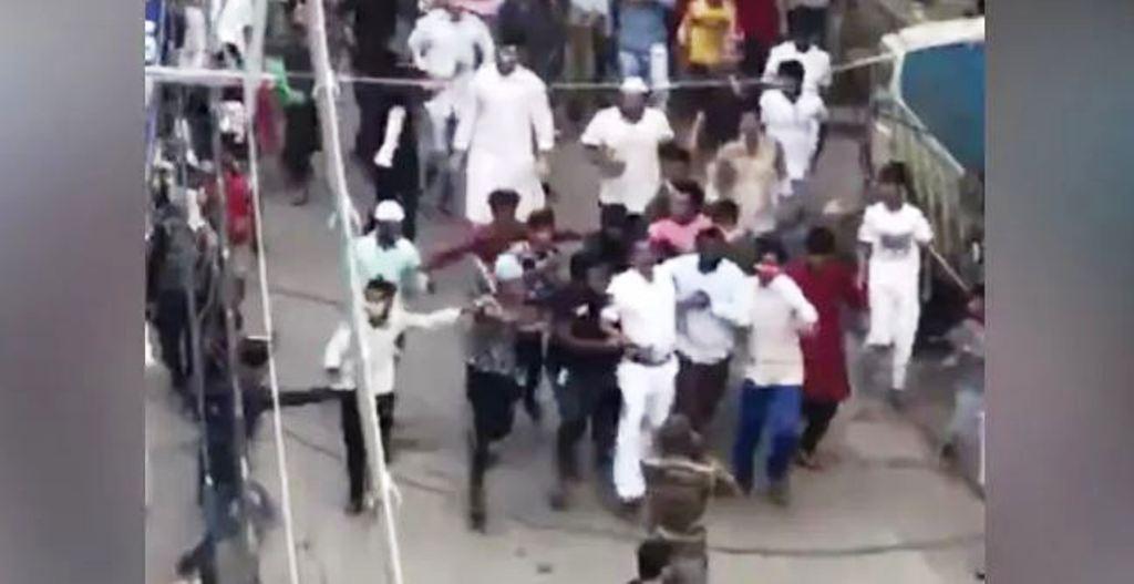 पश्चिम बंगाल के हावड़ा में सोशल डिस्टेंसिंग लागू कराने गई पुलिस पर हमला
