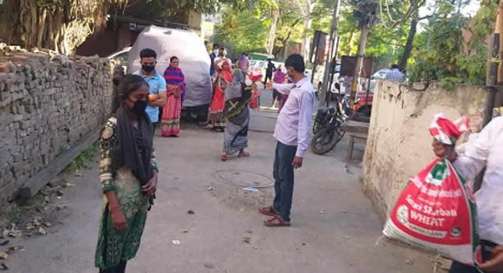 लॉकडाउन के बीच RSS कार्यकर्ता कर रहे गरीब लोगों की मदद