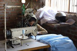 दिल्ली दंगा में जिन महिलाओं का जला दिया गया घर वो बना रहीं मास्क और PPE किट