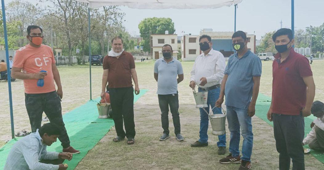 हल्द्वानी के पूर्व नगरपालिका उपाध्यक्ष राजेन्द्र सिंह ने कराया गरीबों को भोजन