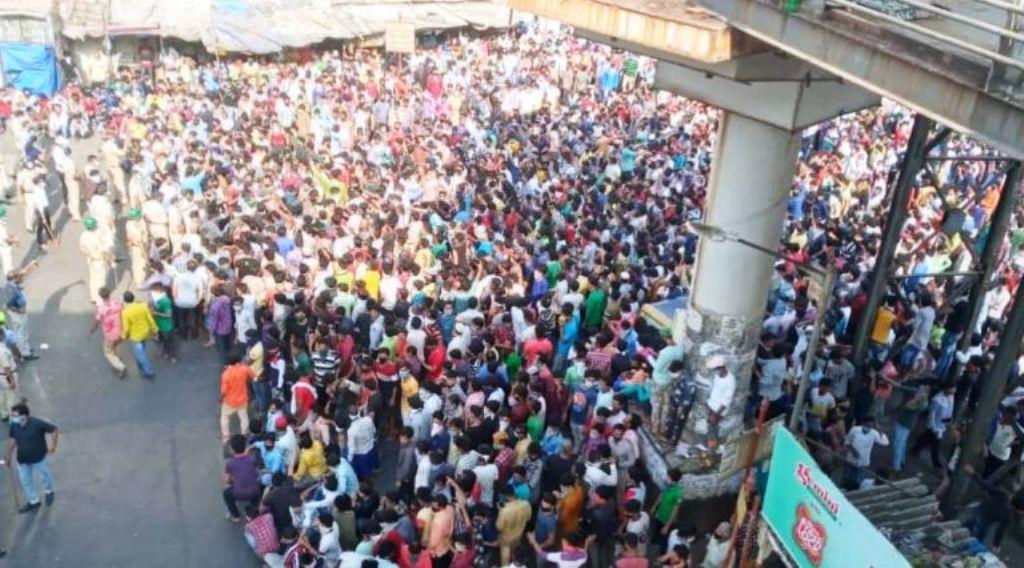 मुंबई के बांद्रा रेलवे स्टेशन पर उमड़ा मजदूरों का हुजूम, पुलिस ने किया लाठीचार्ज चार्ज