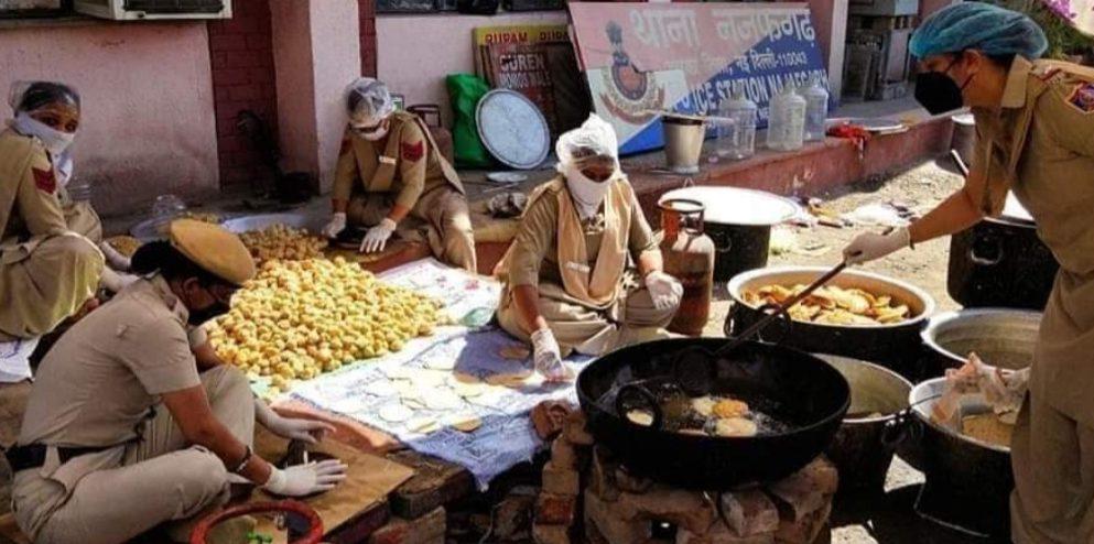 दिल्ली का नजफगढ़ थाना हजारों मजदूरों को खिला रहा खाना