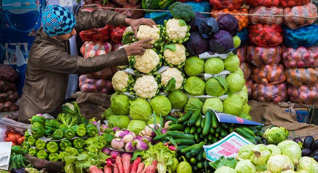 सब्जीवाले ने गरीबों के लिए ठेला के आगे लिखा- संभव हो तो खरीदें वरना मुफ्त में ले जाएं