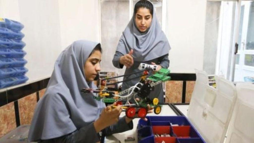 अफगानिस्तान की इन बेटियों ने कार और बाइक के पुर्जों से बनाया वेंटिलेटर