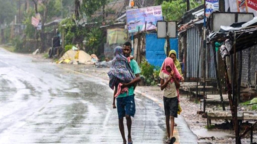 अम्फान तूफान ने पश्चिम बंगाल और ओडिशा में मचाई तबाही, एक दर्जन से अधिक की मौत
