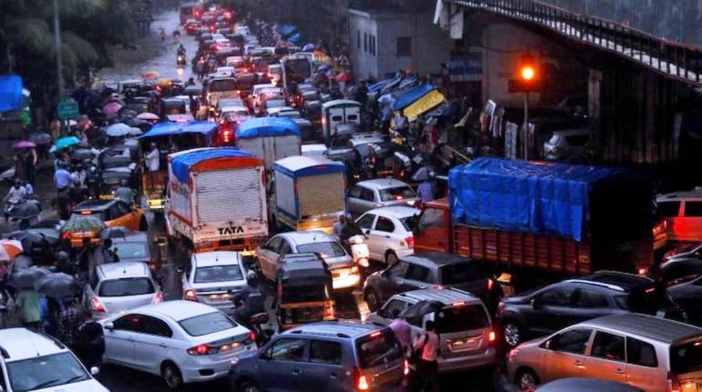 दिल्ली की सड़कों पर ट्रैफिक जाम, अब हर दिन आ रहे हैं कोरोना के 500 मामले