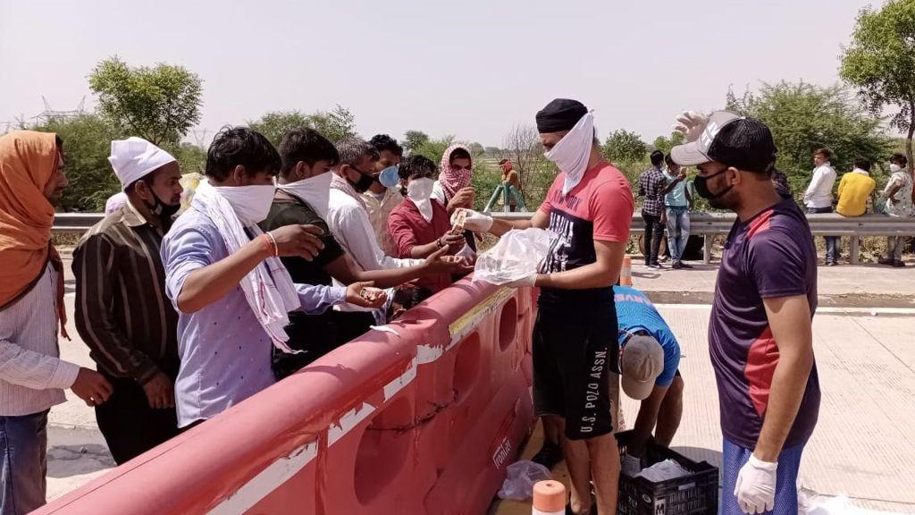 प्रवासियों मजदूरों को खाना-पानी बांटने में लगा है यह किंग्स इलेवन पंजाब का क्रिकेटर