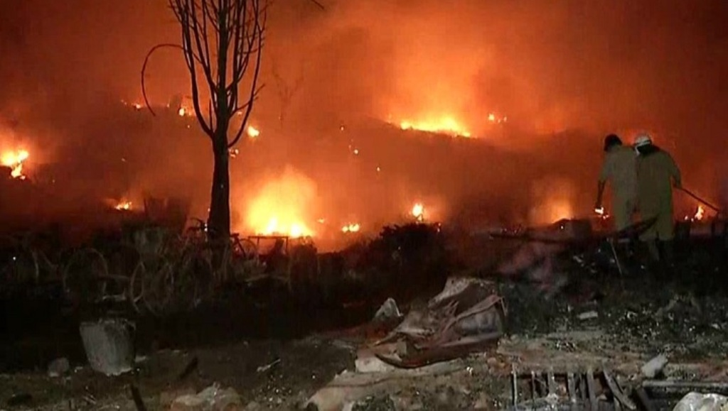 दिल्ली के तुगलकाबाद में लगी भीषण आग,1500 झुग्गियां जलकर राख