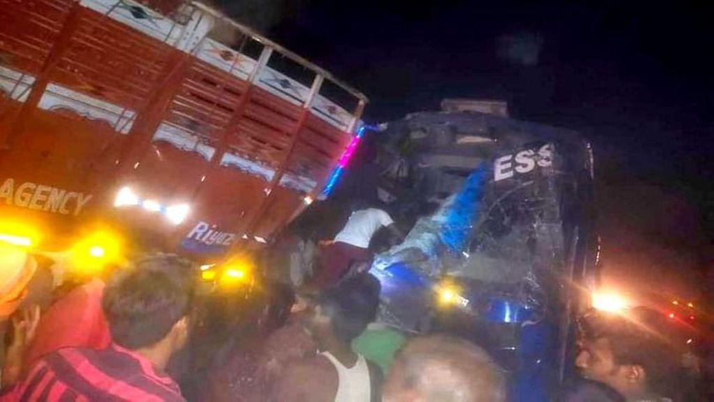 मजदूरों को नोएडा से बिहार से जा रही बस कुशीनगर में टकराई, 24 घायल 7 की हालत नाजुक