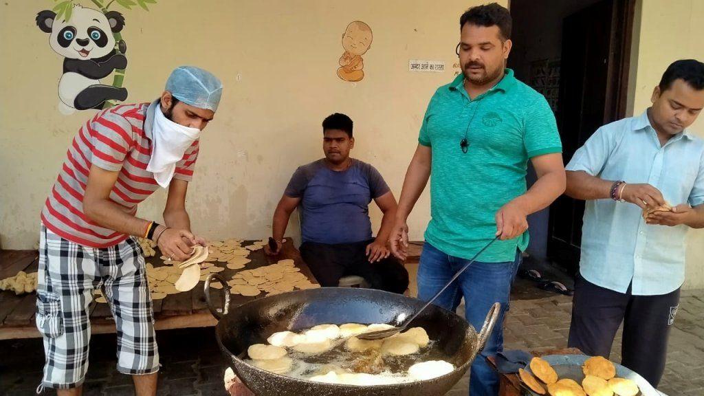पार्षद संजय यादव लॉकडाउन में चला रहे हैं जनता रसोई मुहिम, खिला रहे गरीबों को खाना