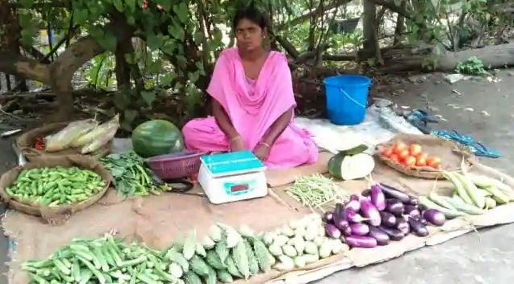 तीरंदाजी में मेडल जीत देश का नाम किया रौशन, अब बेच रही सड़क के किनारे सब्जी