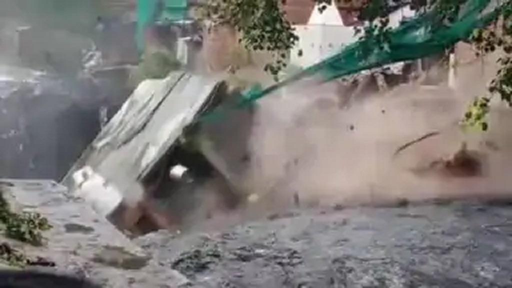 दिल्ली में बारिश ने मचाया कोहराम, एक व्यक्ति की मौत, कई झुग्गिया बारिश में बही