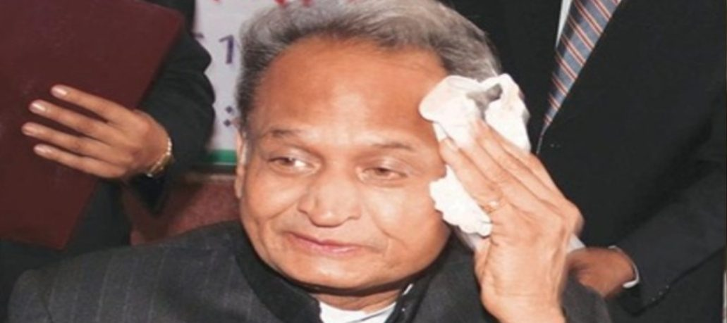 राजस्थान में सियासी संकट के बीच CM गहलोत की 'बैक बोन' पर आयकर के छापे