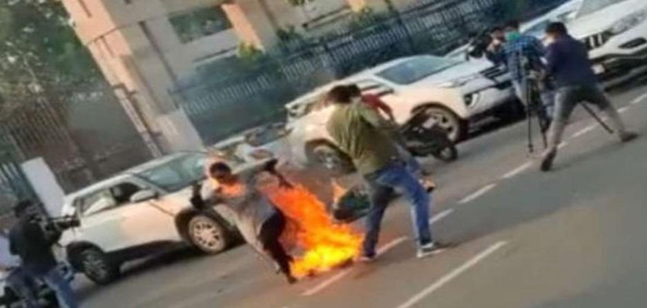 नहीं हुई सुनवाई सीएम ऑफिस के सामने माँ बेटी ने आग लगाई, अखिलेश हुए हमलावर