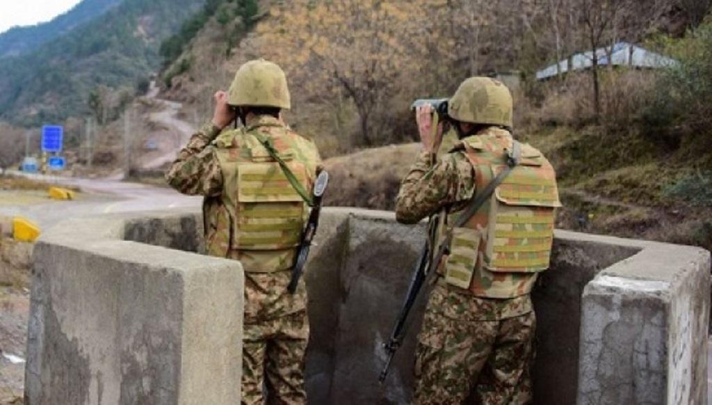 भारत-चीन तनाव के बीच पाकिस्तान ने LOC पर किया 20 हजार सैनिकों की तैनाती