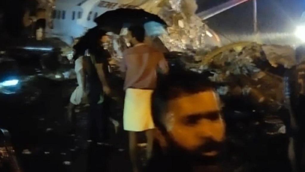 केरल के कोझीकोड में एयर इंडिया का विमान रनवे से फिसला, पायलट की मौत